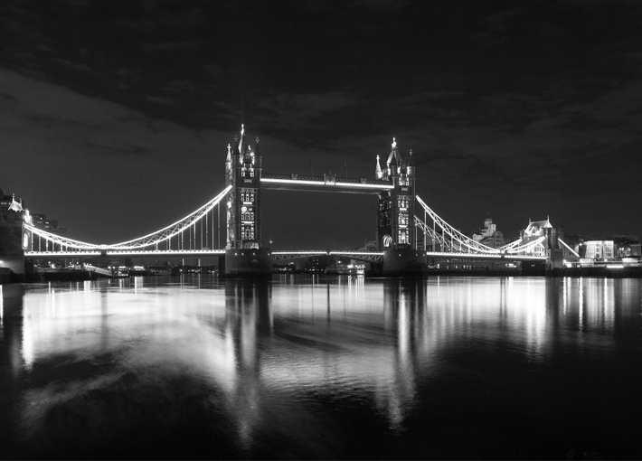 Trop Bon Trop Com - #TBTC London Tower Bridge exhibe sa nouvelle tenue de soirée  1