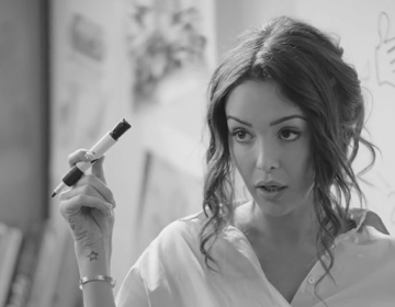 Conforama-Le-Bureau-Style-Nabilla-Mobilier-2017-Pub-Publicité-Campagne-Campaign-TV-Video-Ad-Advertising-TBTC-G-Communication-Noir-Blanc-Black-White